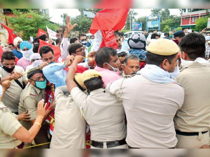 नौकरी पर बहाली के लिए डीसी ऑफिस पर प्रदर्शन, पुलिस ने रोका तो हुई धक्का-मुक्की अम्बाला,Ambala - Dainik Bhaskar