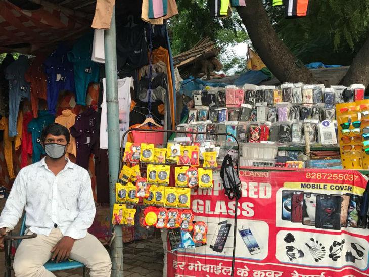 इस बस्ती के लोग अपनी जीविका चलाने के लिए मोबाइल कवर, चार्जर और डेटा केबल जैसे इलेक्ट्रॉनिक उपकरण बेचने का काम करते हैं।