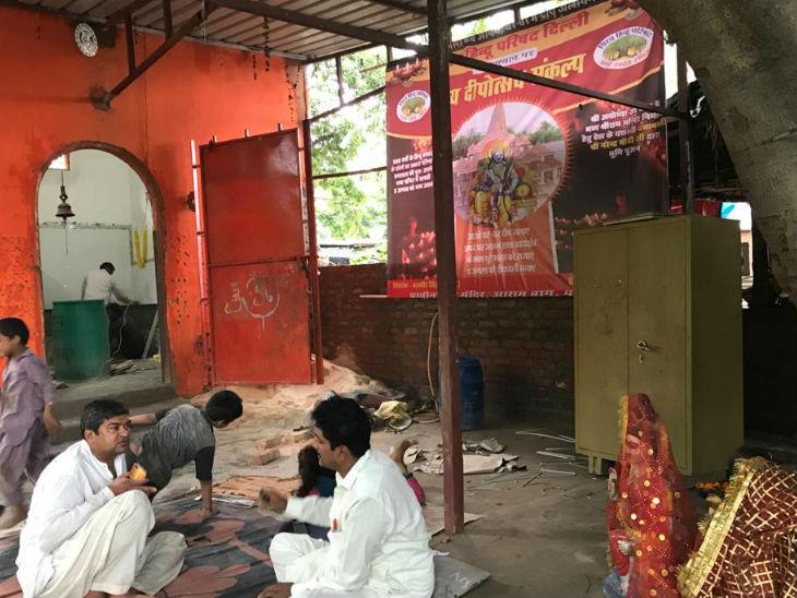 अभी इस बस्ती में मंदिर निर्माण का काम चल रहा है। पाकिस्तान से आए महादेव बताते हैं कि 1992 में बाबरी मस्जिद गिरी उसके बाद पाकिस्तान में हमारा रहना बहुत मुश्किल हो गया, हमारे कई मंदिर तोड़ दिए गए।