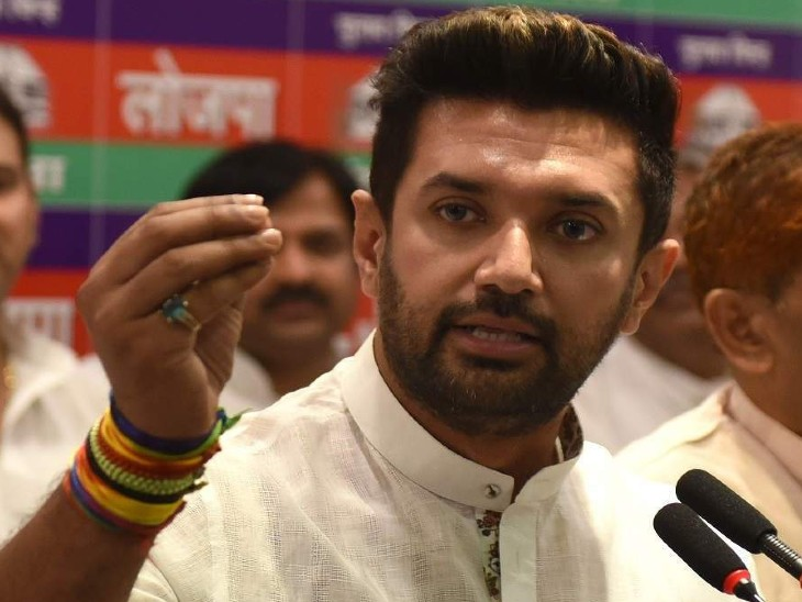 लोजपा दफ्तर में पार्टी पदाधिकारियों की बैठक में चिराग पासवान ने कहा कि चुनाव हमारीप्राथमिकता नहीं, बल्कि कोरोना संक्रमण और बाढ़ को लेकर चिंता है। (फाइल फोटो) - Dainik Bhaskar