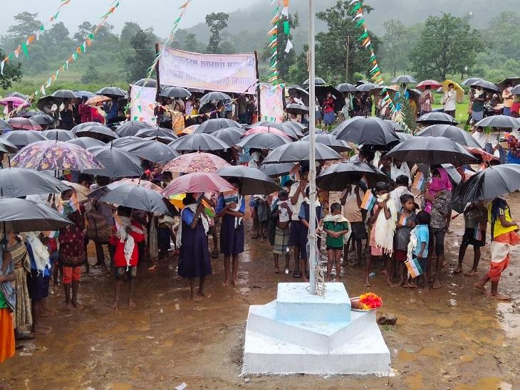तस्वीर मारजुम गांव की है। इसमें गांव के छोटे-छोटे बच्चे भी चेहरों पर मास्क लगाकर छाता लिए खड़े दिखे।