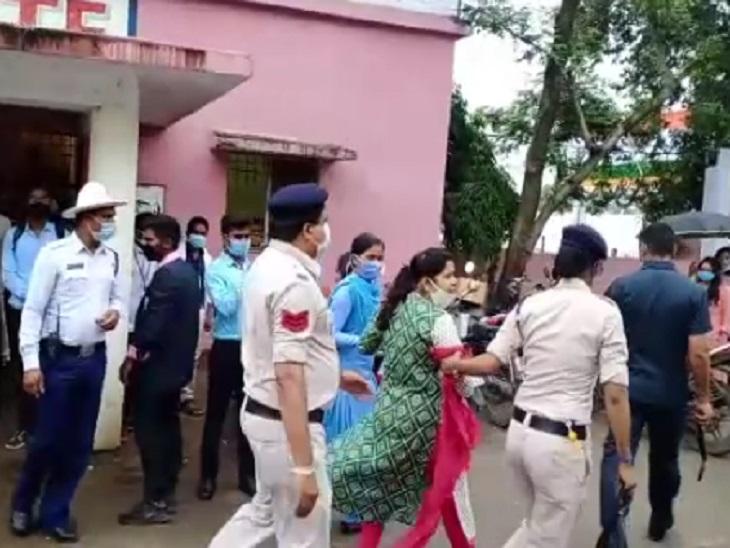 स्वतंत्रता दिवस कार्यक्रम में महिला सब इंजीनियर ने मचाया हंगामा, कांग्रेस नेताओं पर लगा चुकी हैं प्रताड़ना का आरोप|छत्तीसगढ़,Chhattisgarh - Dainik Bhaskar