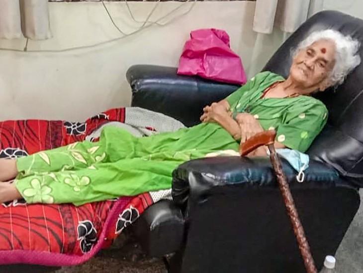 फोटो आंध्र प्रदेश के कर्नूल जिले की है। यहां 105 साल की दादी मोहनम्मा ने कोरोना को मात दे दिया। शुक्रवार को उन्हें कर्नूल के राजकीय अस्पताल से डिस्चार्ज किया गया। - Dainik Bhaskar