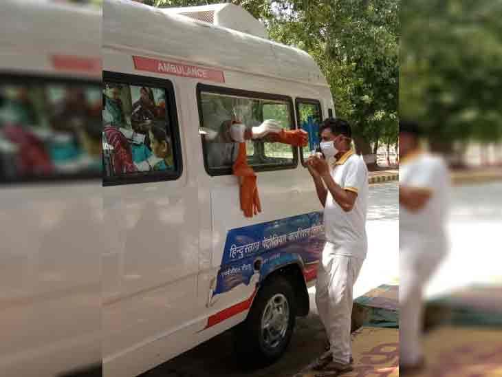 फोटो हरियाणा के पानीपत की है। यहां कोरोना जांच के लिए संदिग्ध मरीजों के सैंपल लिए जा रहे हैं। - Dainik Bhaskar