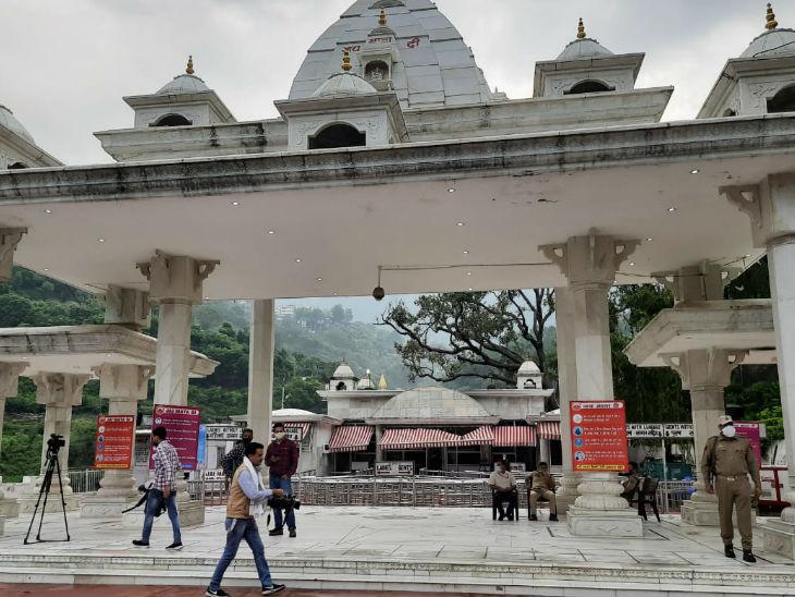 वैष्णो देवी की यात्रा का पारंपरिक मार्ग बाणगंगा है। यहां स्थित दर्शनी गेट से यात्रा शुरू होती है। यहां से मां के दरबार की दूरी करीब 14 किमी है।