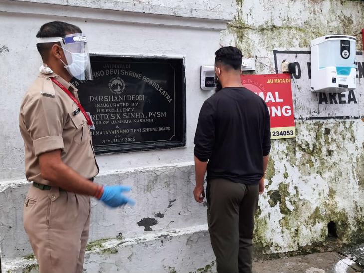 यात्रा पर जाने वाले भक्तों की टेंपरेचर जांच के लिए ऑटोमेटिक मशीन लगाई गई है।