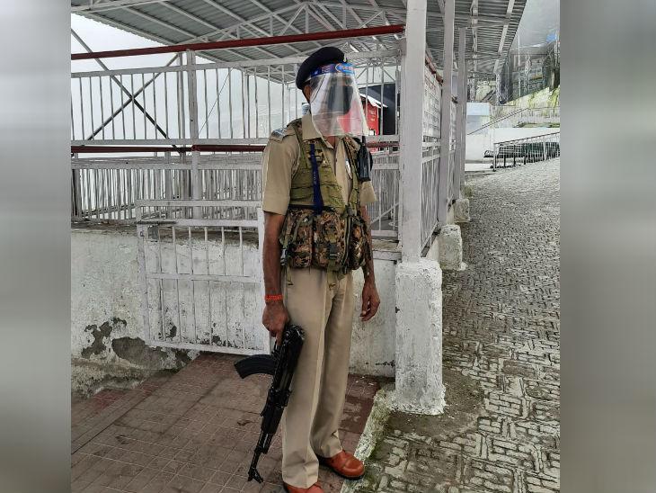 सुरक्षा में मुस्तैद जवान।