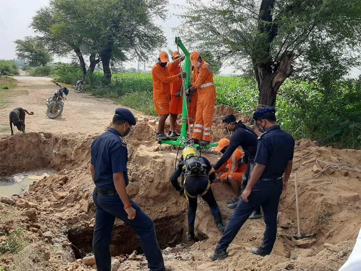 किसान का शव ढूंढने के लिए पिछले चार दिनों से सर्च ऑपरेशन चलाया जा रहा है। - Dainik Bhaskar