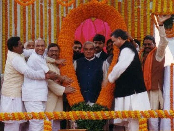 फोटो रायपुर की है। राज्य बनने के बाद अटल बिहारी वाजपेयी का स्वागत स्थानीय नेताओं ने गर्मजोशी से किया था।