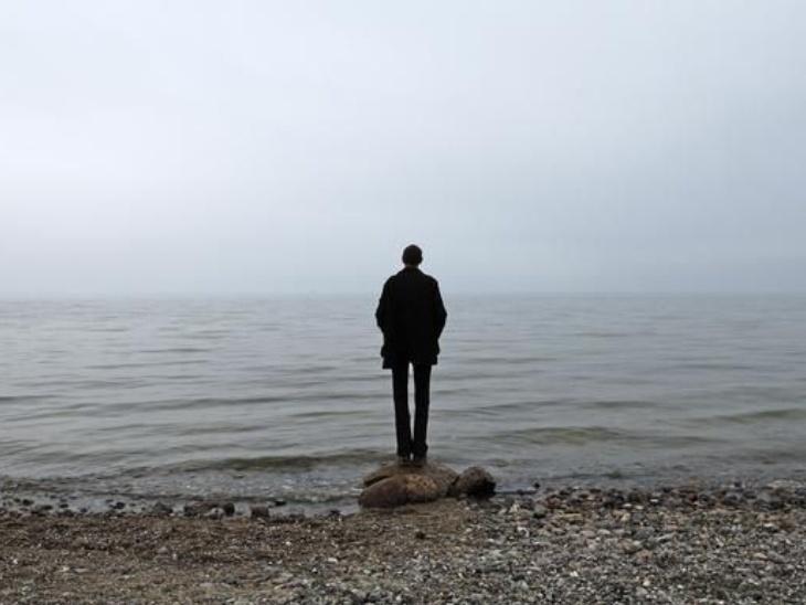 OCD से जूझ रहे लोग बीमारी के बारे में किसी से बात करने में बचते हैं।