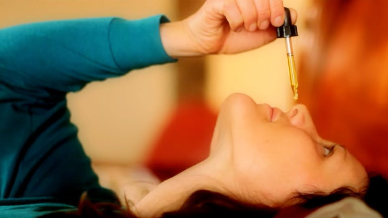 नाक में अणु तेल की कुछ बूंदें डालें। अणु तेल नाक के दोनों छिद्रों में जाने के बाद एक बायो मास्क का रूप ले लेता है।