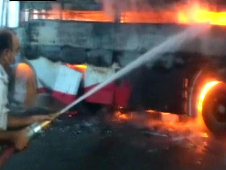 यह तस्वीर आगरा लखनऊ एक्सप्रेस वे की है। यहां सुबह हादसे में डबल डेकर बस जलकर राख हो गई। इस हादसे में एक यात्री जिंदा जल गया। जबकि तीन झुलसे हैं। यात्री बिहार से अहमदाबाद जा रहे थे। - Dainik Bhaskar