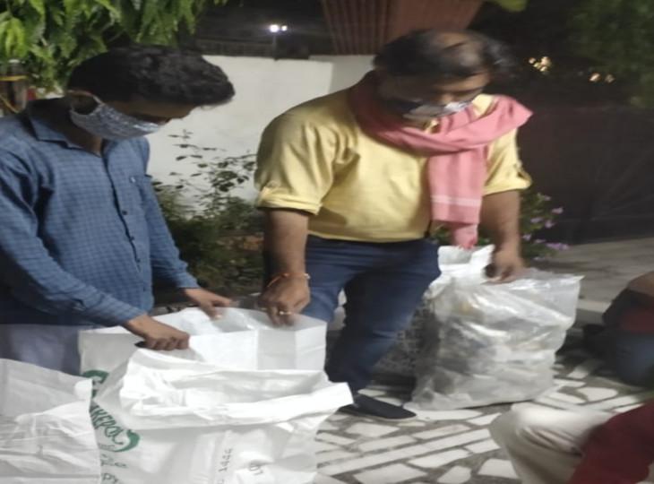 बेघर लोगों के लिए रात में खाने का प्रबंध करते हुए आरएसएस कार्यकर्ता राजकुमार बेसनवाले और उनके साथी।