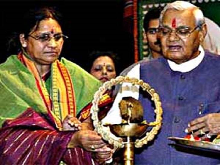 तस्वीर में करुणा शुक्ला, अपने चाचा अटलजी के साथ हैं। एक कार्यक्रम में दोनों बतौर मेहमान शामिल हुए थे।