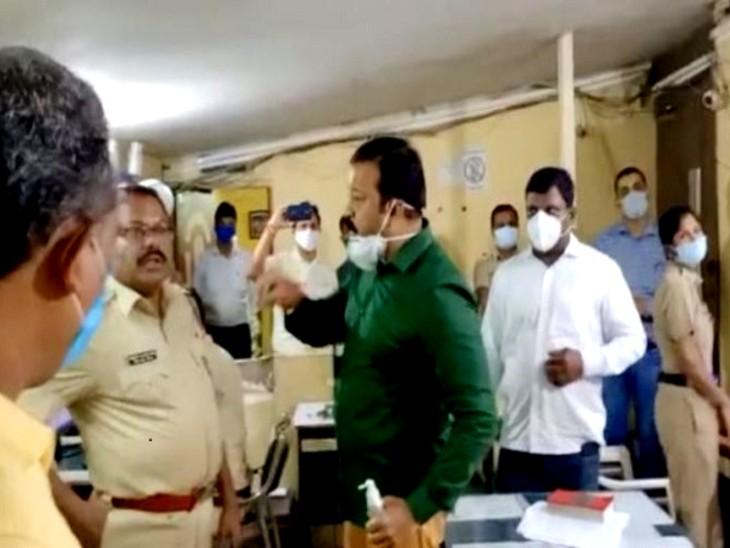 पुलिस स्टेशन में हंगामा करते हुए भाजपा विधायक गणपत गायकवाड़ (हरे रंग की शर्ट में)