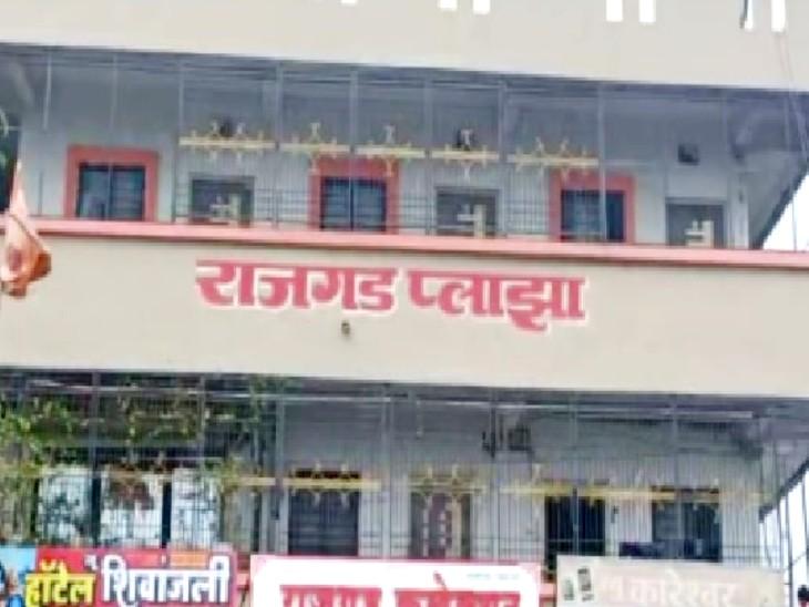 आरोपी इसी घर में महिला के साथ पिछले दो साल से रह रहा था। - Dainik Bhaskar