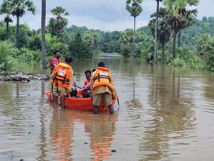 लोगों का रेस्क्यू किया जा रहा है। जो हिस्सा तस्वीर में है वहां गांव की सड़क और रास्ते थे, सब कुछ बाढ़ में डूब चुका है।