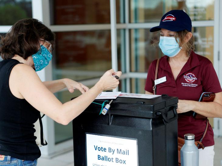 अमेरिका में फ्लोरिडा में रविवार को राष्ट्रपति चुनाव के लिए अर्ली वोटिंग में मेल इन बैलेट से वोट डालती एक महिला। यहां संक्रमण को देखते हुए मेल इन वोटिंग से वोटिंग करवाने का फैसला किया गया।