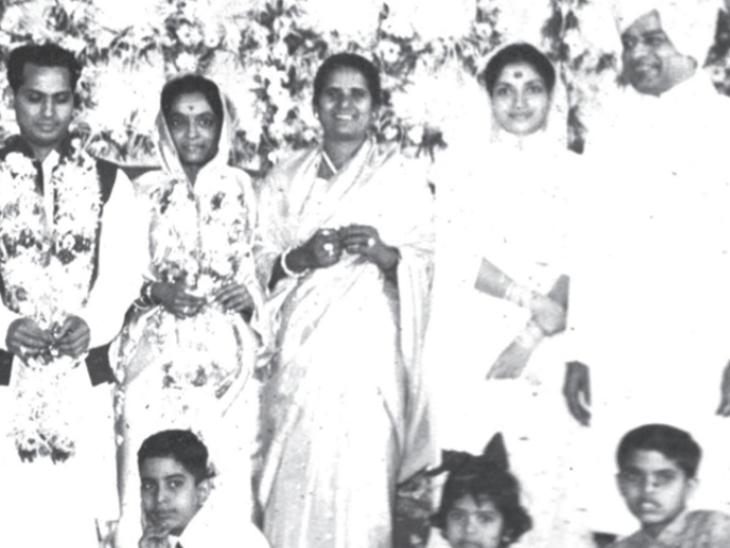 शादी के दौरान पंडित जसराज और मधुरा शांताराम अन्य फैमिली मेंबर्स के साथ। - Dainik Bhaskar