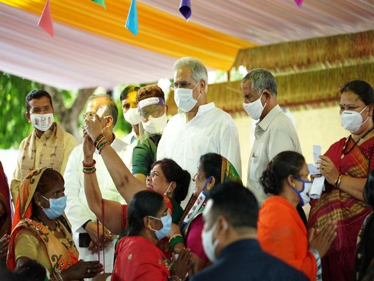 तस्वीर रायपुर के सीएम हाउस की है। यहां महिलाओं ने कार्यक्रम के बाद सीएम के साथ सेल्फी क्लिक की।