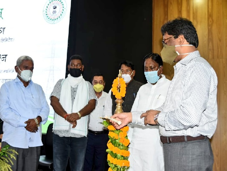 हेमंत सोरेन ने कहा कि हमारी सरकार इस बात के लिए प्रतिबद्ध है कि गांव-गांव बिजली पहुंचे। घर-घर रौशन हो, इसी संकल्प के साथ बिजली परियोजनाओं के काम की गति तेज की गई है।