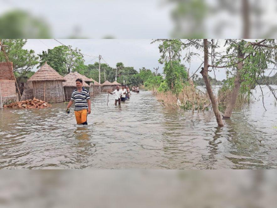 गड़ख प्रखंड के ये गांव भी है प्रभावित गड़खा प्रखंड के गंडकी व माही नदी के बीच के गांव ईंटवा, सलेमपुर, श्रीरामपुर, ताहिपुर, गलिमापुर, पीठाघाट, बंगाड़ी, जलाल बसंत, श्रीपाल बसंत से लेकर रतनपुरा बसंत तक की फसलें नष्ट हो चुकी है। हरना बांध टूटने से पानी तेजी के साथ मूड़ा स्वीइलिश गेट से चंदा, कतरा, केंचुली, निन्हिया, होते पूरब और पश्चिम की ओर फैल रहा है। लिहाजा, दिघरा व दरियापुर प्रखंड के प्रतापपुर, छोटामी, मकईपुर होते हुए लोचना के चंवरा में फैल रहा है। मटिहान के देवी स्थान व नागेश्वर नेता के पिछवाड़े तक पानी धक्का दे रहा है। बालू वाहक नौकाओं से धन उगाही जारी पटना जिला व सारण के दियारे क्षेत्र में रंगदारों की चांदी है। जानकारी के अनुसार लाल बालू वाहक नौकाओं से धन उगाही में दियारे के चारों गिरोह एकजुट हैं और 100 रुपये से लेकर 1000 रुपये तक प्रति नावों से ली जा रही है रंगदारी तो रंगदारों से भी रंगदारी वसूली में आगे हैं, डोरीगंज व कोइलवर के रंगदार।नाम न प्रकाशित करने की शर्त पर एक दियारावासी ने बताया कि पटना व सारण के दियारे क्षेत्र के रंगदारों पर भारी हैं, बड़हरा, कोइलवर व डोरीगंज थाना क्षेत्र के दियारे के रंगदार जो रात्रि में इन पर छापा मार कर मोबाइल फोन सहित राशि व हथियार भी छीन ले जाते है। - Dainik Bhaskar