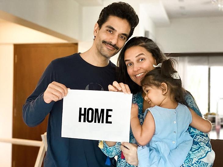 पत्नी नेहा धूपिया और बेटी मेहर के साथ अंगद बेदी।