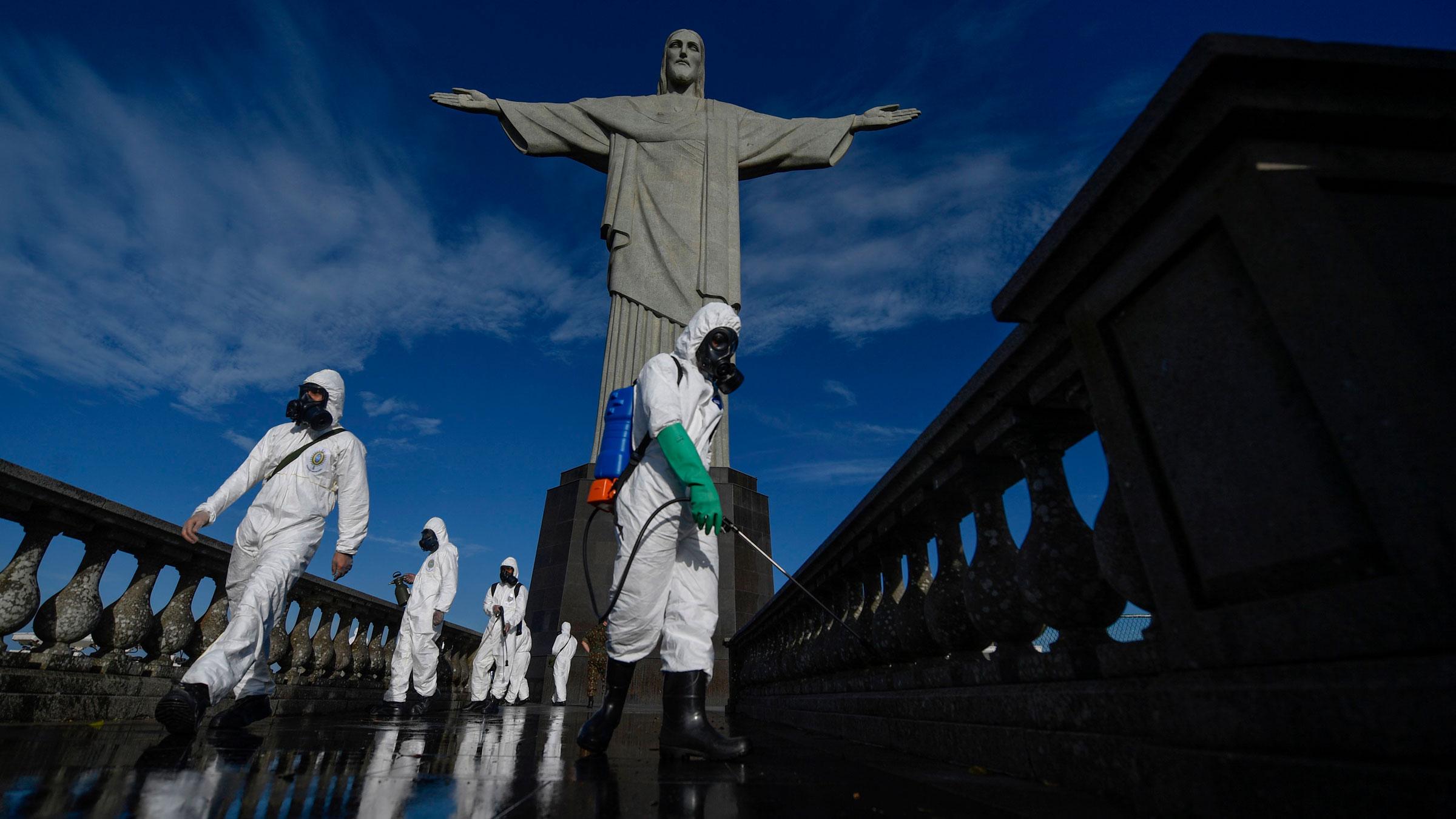 ब्राजील के रियो डे जनेरियो में मंगलवार को क्राइस्ट दी रिडीमर स्टैच्यू के डिसइनफेक्ट करते सेना के जवान।