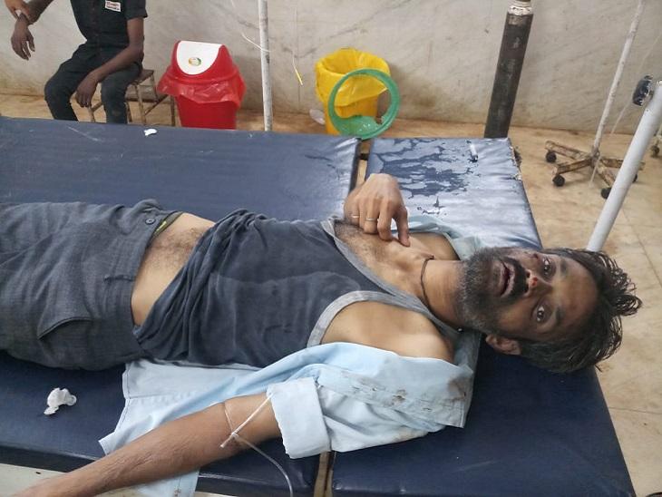 बवाल में घायल युवक पंकज मिश्रा। इसकी जमकर पिटाई की गई। जिसके बाद गंभीर हालत में रायपुर एम्स रेफर किया गया है।
