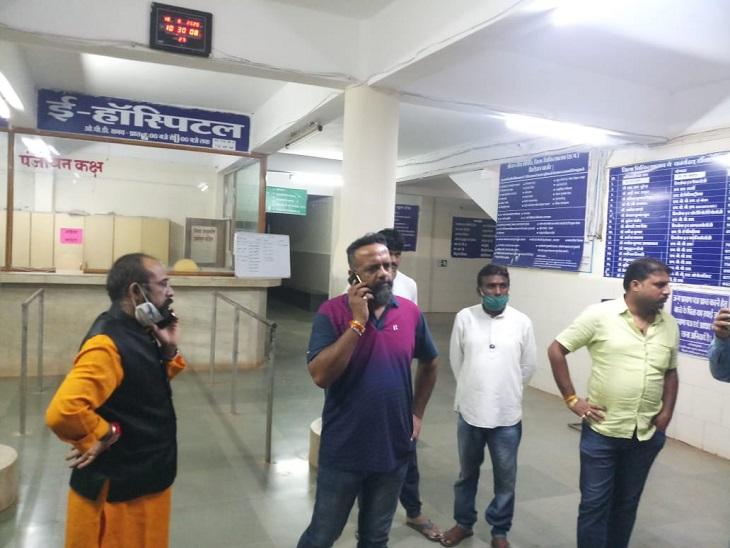 घायल युवक को पहले स्थानीय अस्पताल में लोग लेकर पहुंचे थे। वहां भाजपा जिलाध्यक्ष अनिल सिंह ठाकुर भी उसे देखने अस्पताल पहुंचे।