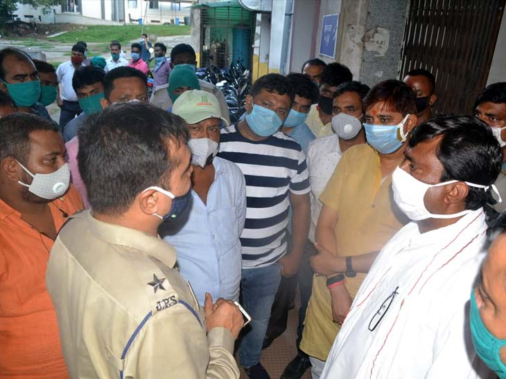 पुलिस से घटना की जानकारी लेते भाजपा विधायक राज सिन्हा।