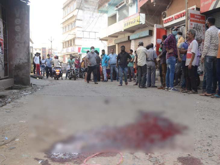 घटनास्थल पर बिखरा खून।