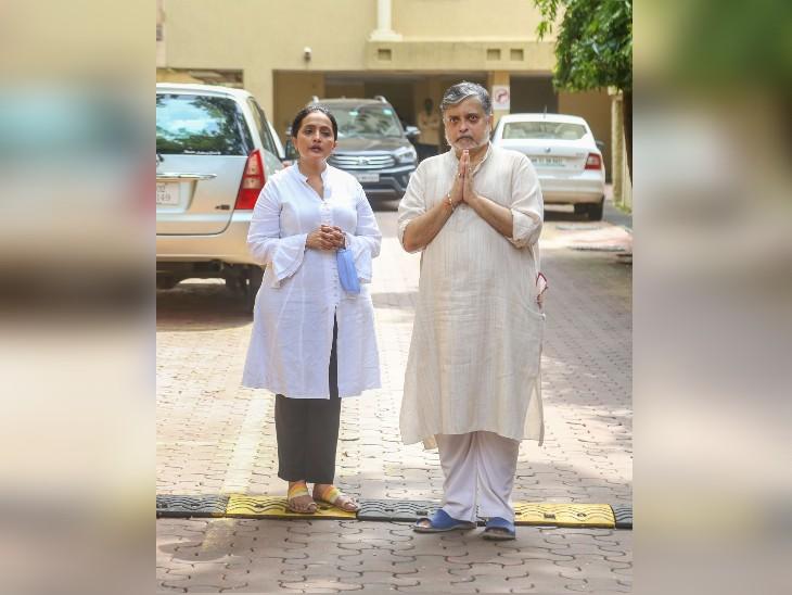 मुंबई में पार्थिव के पहुंचने के दौरान उनकी बेटी दुर्गा जसराज और उनके बेटे सारंग देव मीडिया कर्मियों को नमस्कार करते हुए।