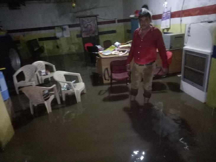 तस्वीर नगर पालिका के दफ्तर की है। यहां के अधिकारियों की जवाबदारी है कि शहर में पानी जमा ना हो मगर खुद अपना दफ्तर ना बचा पाए।