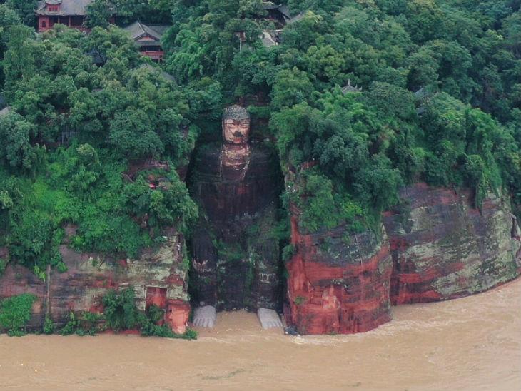 सिचुआन राज्य में बुद्ध की 1200 साल पुरानी 233 फीट ऊंची प्रतिमा को खतरा, एक लाख से ज्यादा लोगों को सुरक्षित जगहों पर पहुंचाया गया|विदेश,International - Dainik Bhaskar