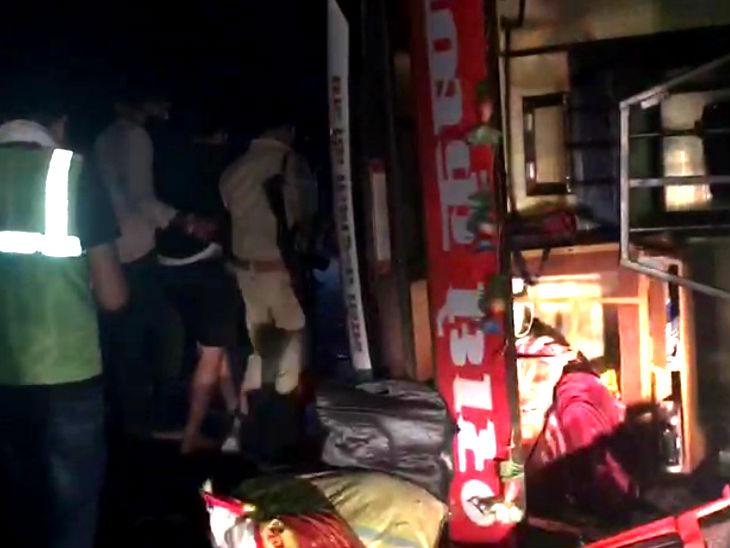 दिल्ली से बिहार जा रही बस इटावा में पलटी, शीशा तोड़कर बाहर निकाले गए लोग, 30 यात्री घायल, 16 का चल रहा इलाज उत्तरप्रदेश,Uttar Pradesh - Dainik Bhaskar