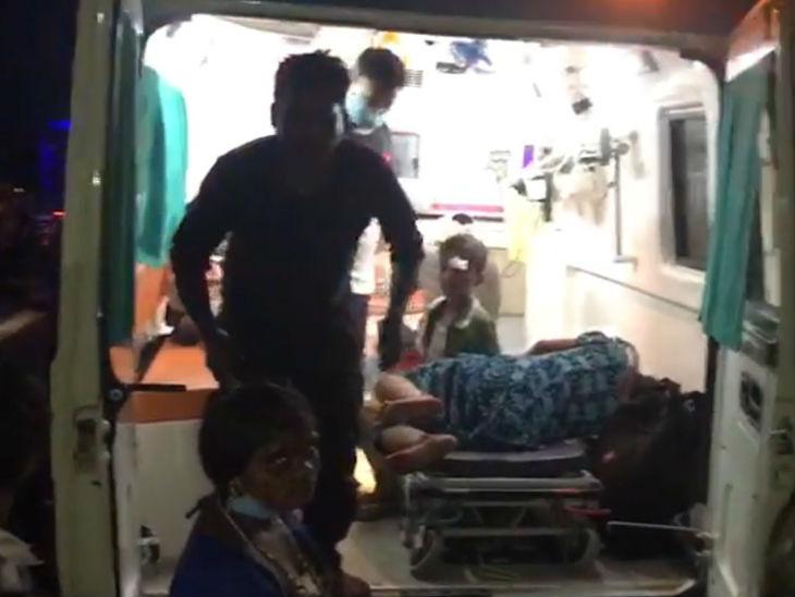 घायलों को एंबुलेंस में लादते लोग।