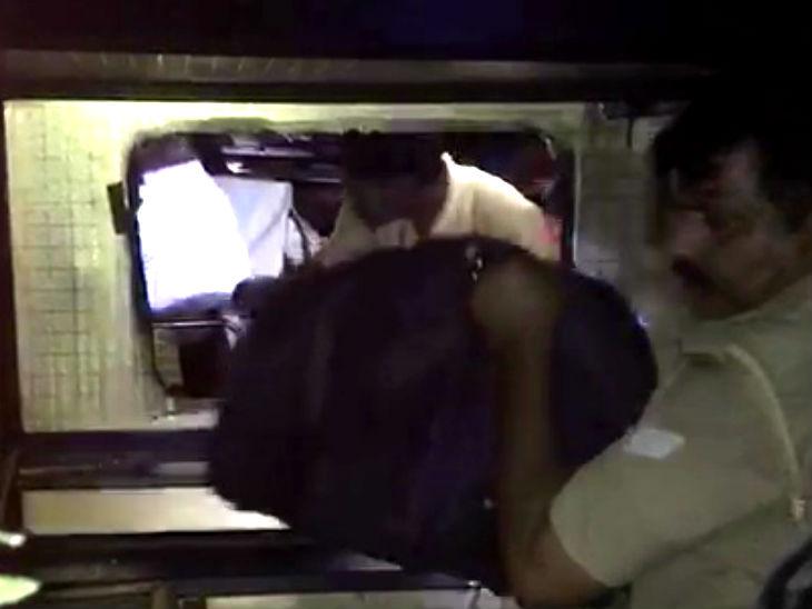 बस का शीशा तोड़कर लोगों को बाहर निकाला गया।