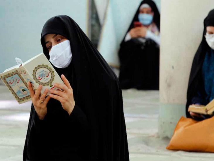ईरान की राजधानी तेहरान में बुधवार को एक मस्जिद में धार्मिक किताब पढ़ती महिला।