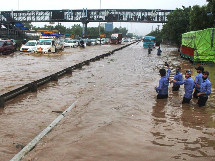Wednesday's photo is on the Delhi-Gurgaon Expressway near Narsingpur.