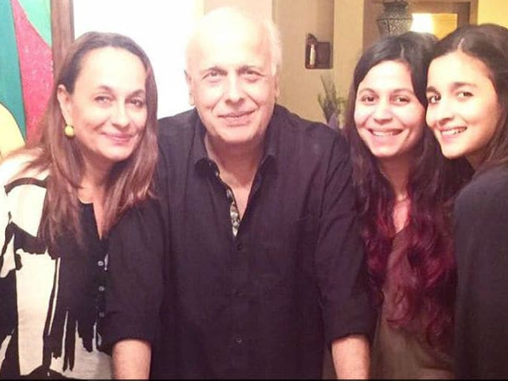 Mahesh with wife Soni Razdan, daughters Shaheen and Alia.