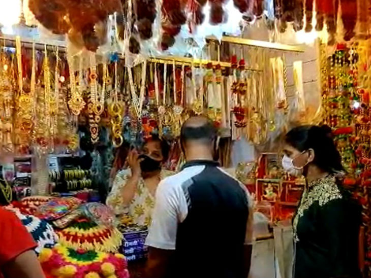 People are not less enthusiastic about Ganesh Puja, people are buying idols. This time due to Corona, worship is done in the houses.