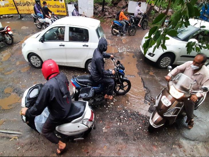 बुलेवर्ड स्ट्रीट की सड़क में तेज बारिश में गड्ढे दिखने लगे। यहां पर वाहन निकालने में बुरे हाल हो रहे थे।