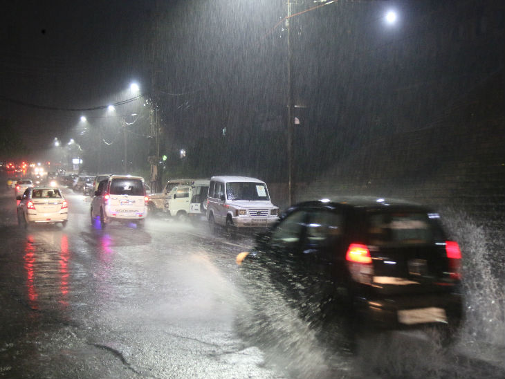 अल्पना तिराहा 6 नंबर प्लेटफार्म रोड में पानी भरा।