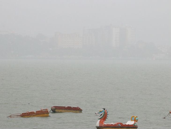 दोपहर में 1:30 बजे हुई तेज बारिश में बोट क्लब से वीआईपी रोड का दृश्य।