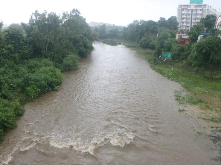 हमेशा सूखी रहने वाली कलियासोत नदी कलियासोत डैम के गेट खुलने से पहले ही बहने लगी।