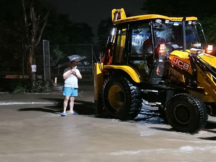 शालीमार एनक्लेव में रात को 11 बजे पेड़ गिराने पहुँचा निगम का अमला।