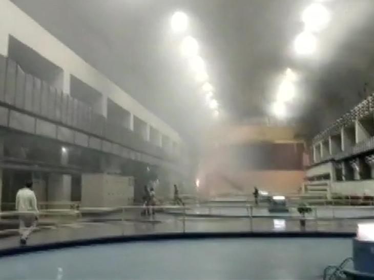 प्लांट में धुआं भर जाने की वजह से रेस्क्यू में परेशानी आ रही है।