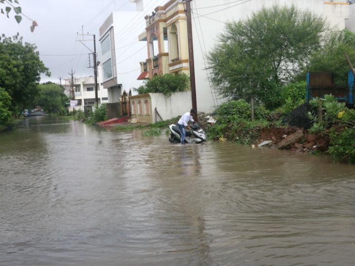 रोहित नगर अभिनव आर्केड को जाने वाली सड़क महीना भर पहले ही बनी है। ये सड़क पूरी तरह से बारिश के पानी से भर गई।