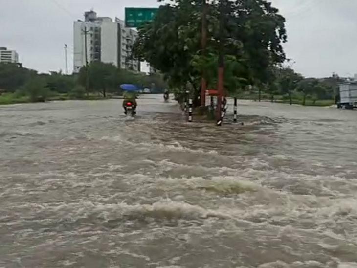 उज्जैन-इंदौर मैन रोड के ऐसे हाल नजर आए।